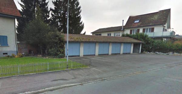 Vor dieser Garage stach der Mann auf seine Frau ein.  Bild: Screenshot Google Street View